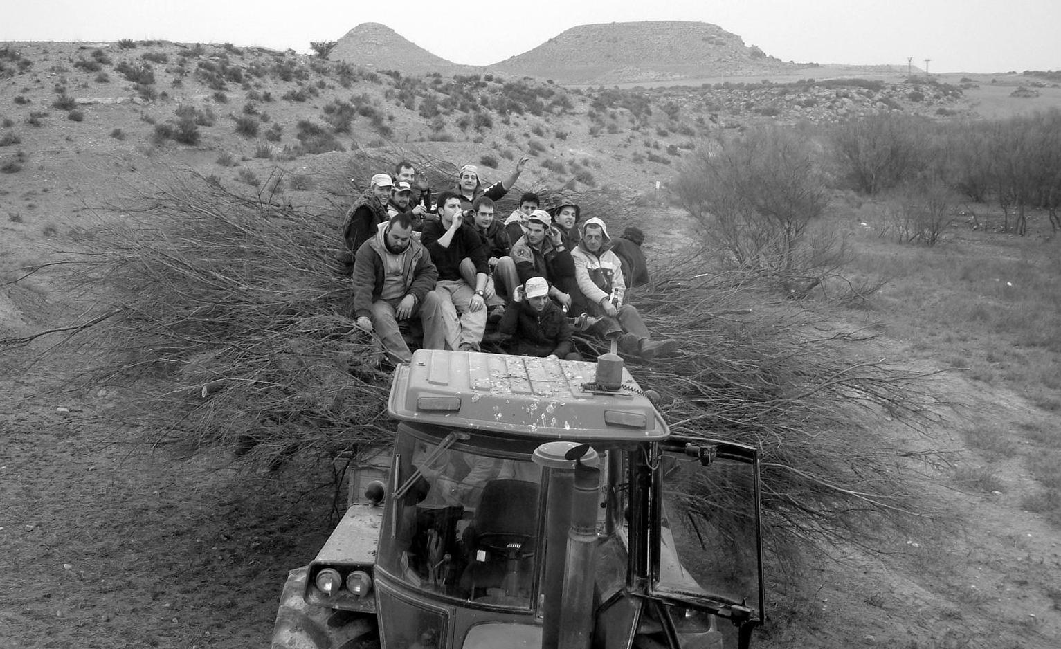 Subidos en el tractor cargado de leña (año 2010) >> pincha para verla en la galería