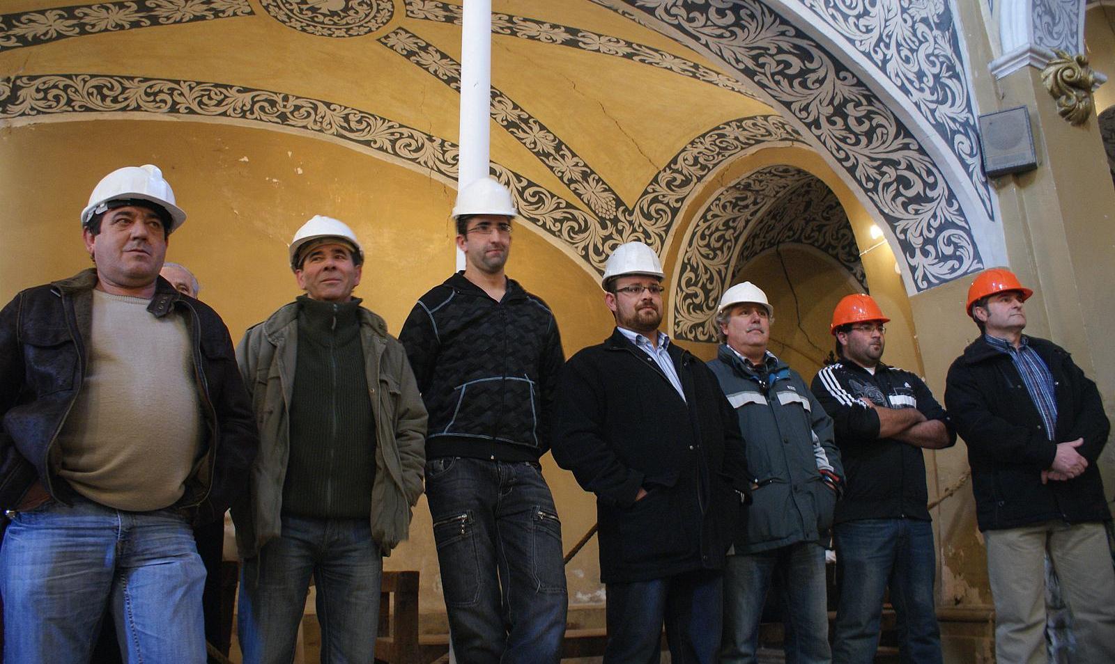 Misa de San Valero 2010, grupo con cascos en señal de protesta por el estado de la iglesia. Día del cierre por riesgo de derrumbe. >> pincha para verla en la galería.