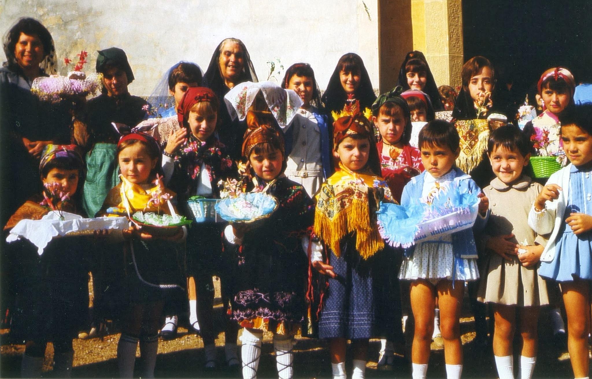 En la puerta de la iglesia, procesión de San Valero (año 1966) >> pincha para verla en la galería.