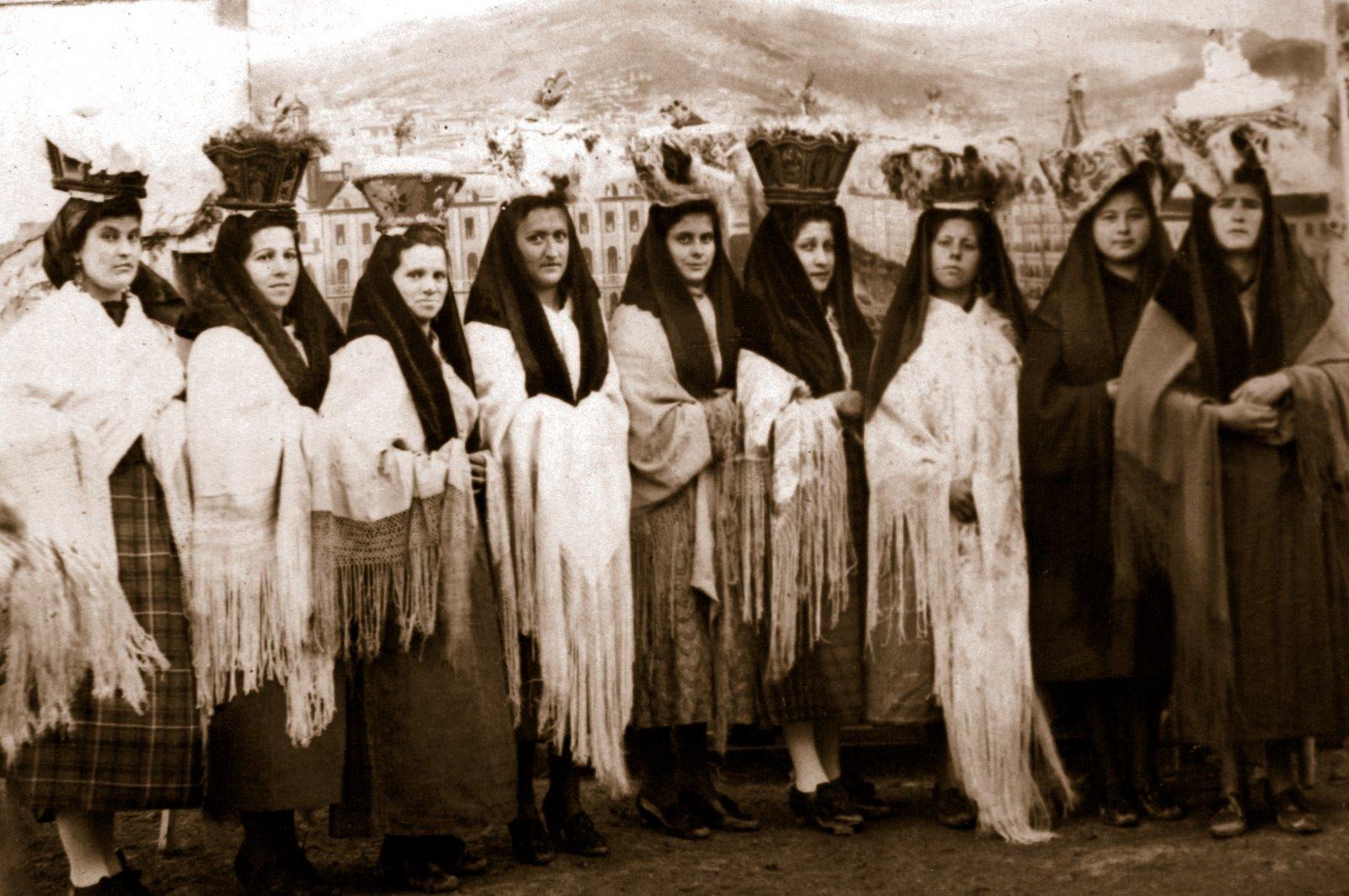 Mozas llevando el canastillo del pan bendito, San Valero (año 1945) >> pincha para verla en la galería.
